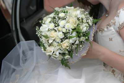 Bride with bouquet white flowers__1416905953_212.67.122.150